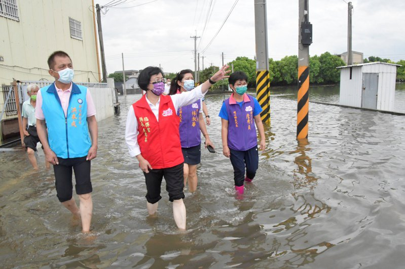 彰化縣長王惠美等人今天下午勘察埔心鄉的淹水災情。記者簡慧珍/攝影