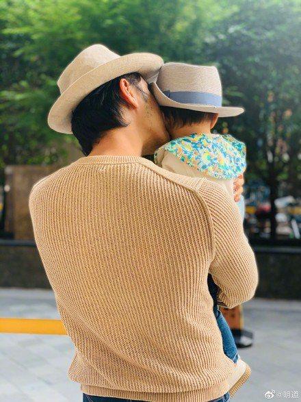 明道抱一歲多兒,父子裝父愛噴發。圖/摘自微博