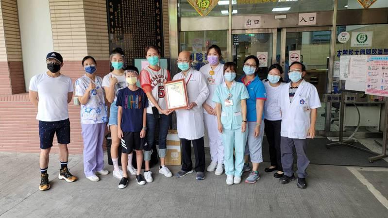藝人賈永婕與志工今天送100個便當到礦工醫院,提供醫護人員當晚餐,謝謝他們的付出。圖/台灣礦工醫院提供