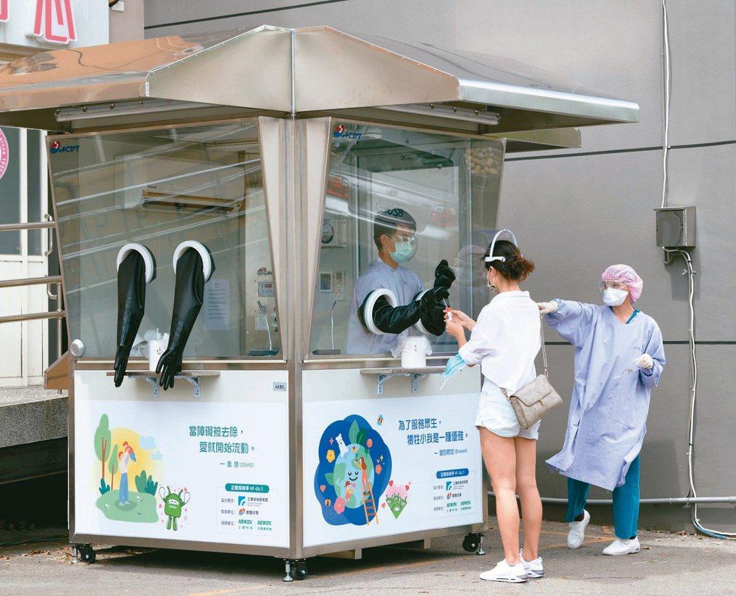 上銀集團捐贈的採檢亭使用狀況。上銀集團/提供