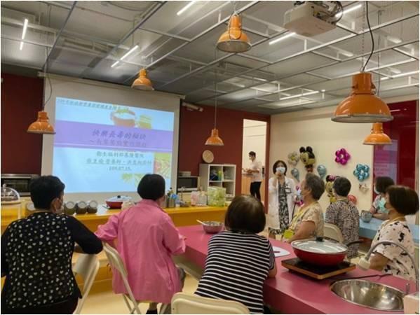 衛福部基隆醫院營養室人員到社區開課,指導長者調整飲食、促進健康。圖/基隆醫院提供