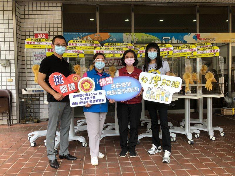 國民黨新北市議員蔡淑君(右1)昨捐贈12台方便型快篩站給新北市衛生局。圖/蔡淑君提供