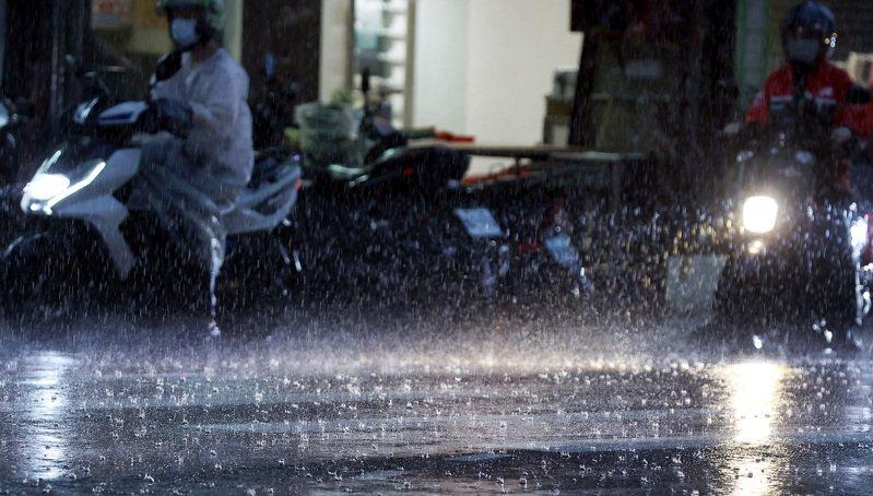 鋒面滯留,新北、桃園等8縣市今晚至明天慎防夜間強降雨。報系資料照/記者侯永全攝影