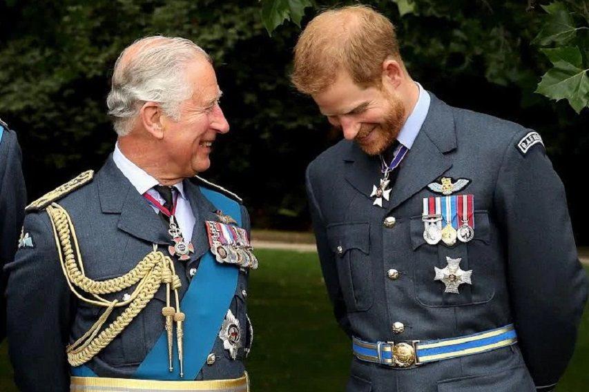 查爾斯(左)與哈利的父子關係近來惡化,很久沒出現這樣談笑的場面。(路透資料照片)