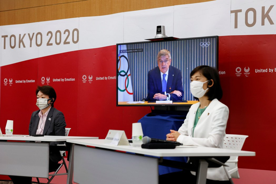 東奧五方會談21日在東京舉行,左起為東奧組委會主席橋本聖子、國際奧會主席巴赫(螢...