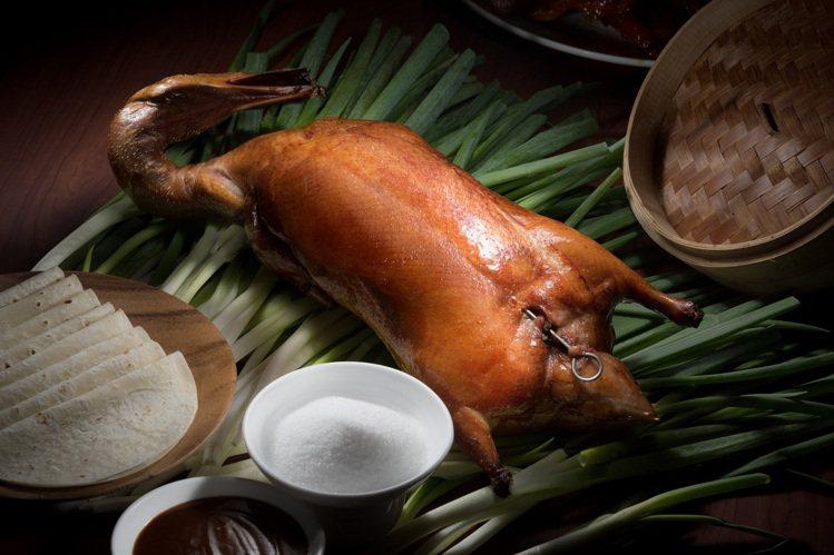 名人坊世貿店的片皮鴨2吃,外帶享66折。圖/漢來美食提供