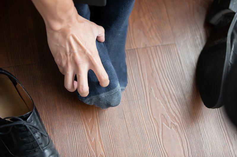 夏天流汗多,如果穿著密不透風的球鞋或包鞋時,容易發生腳臭問題。圖/123RF