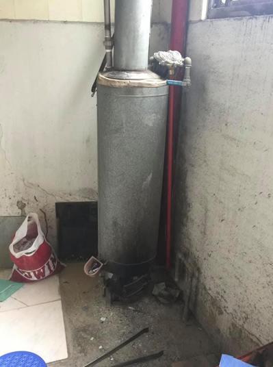 一名台南正妹分享了自己老家的熱水器,是要用木材燒熱水的。 圖/爆廢公社公開版