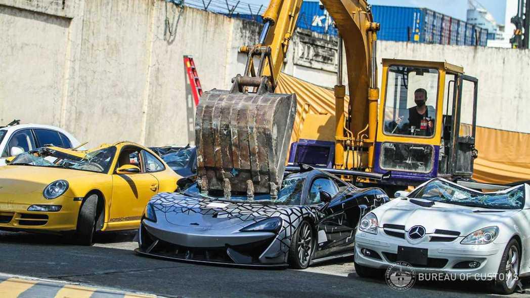 菲律賓海關將走私的McLaren 620R壓成廢鐵。 摘自Motor1.com