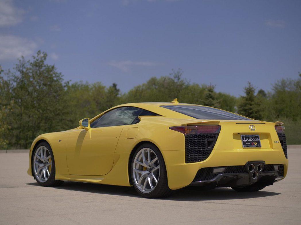 一輛里程僅72英里(115 公里)的珍珠黃LEXUS LFA將會以相當高的價格出...