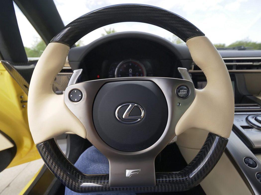 款LFA的內裝同樣充滿特色,是由黑色和奶油色皮革以及大量鋁和碳纖維裝飾的組合。 ...