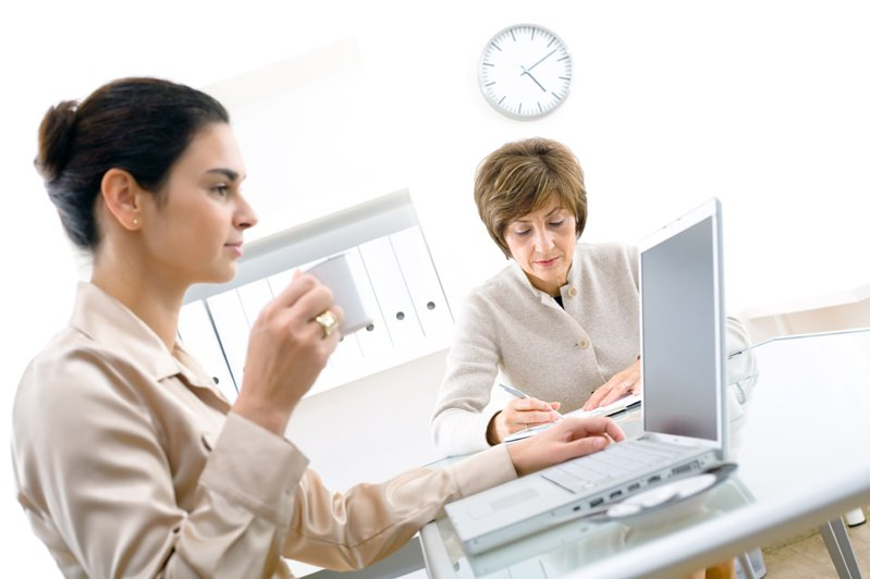一位女友失業,在好友推薦下進了同公司工作,但之後好友態度突然轉變,甚至對她冷嘲熱諷,令她相當難過。示意圖/ingimage授權