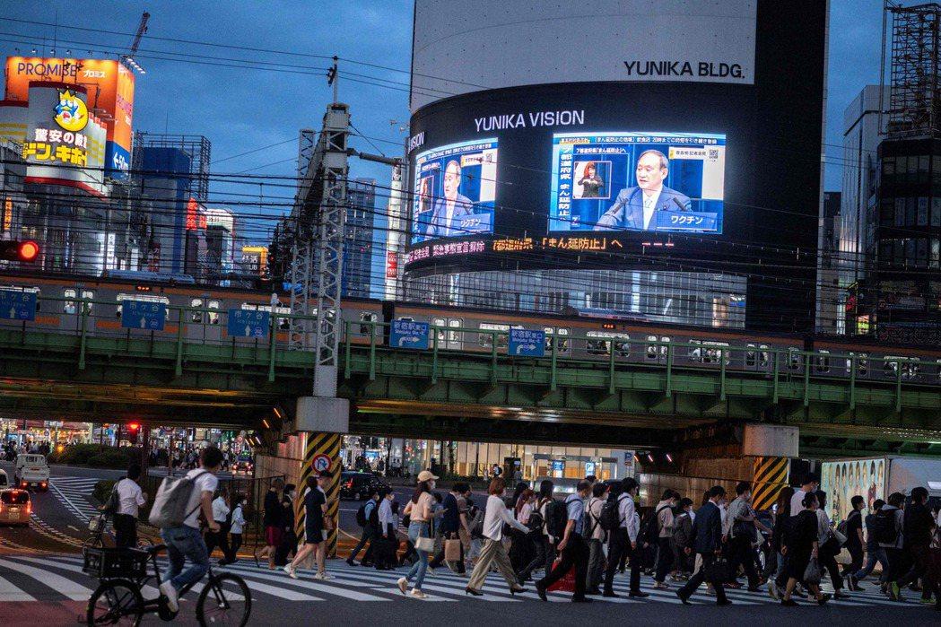 6月17日,日本首相菅義偉宣布,東京都、大阪府等都道府縣從21日起解除緊急狀態。 圖/法新社
