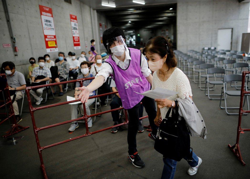 日本的疫苗施打數持續以「一日100萬次」的速度增加中。 圖/路透社