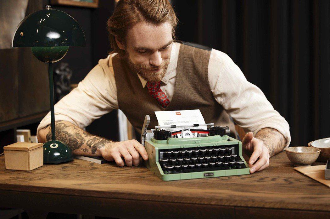樂高從專業粉絲的靈感與設計中,打造出能真實運作的打字機。圖/樂高LEGO提供