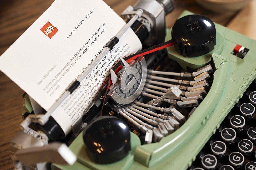 打字機可真實體驗打字的手感。圖/樂高LEGO提供