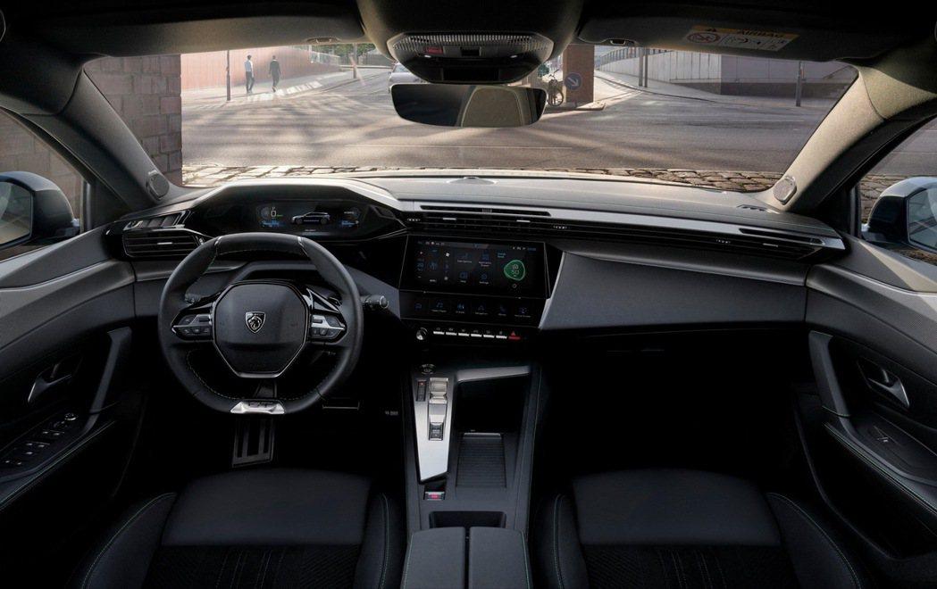 10吋裸視3D虛擬儀表板加10吋中控液晶螢幕科技感十足。 摘自Peugeot