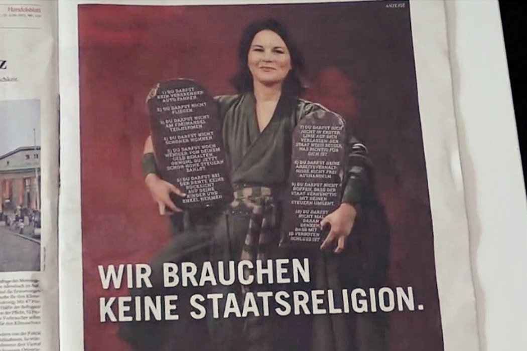 廣告中假扮成摩西的貝爾伯克拿著「綠黨的新十誡」,其中包括「不可搭飛機」、「不可參...