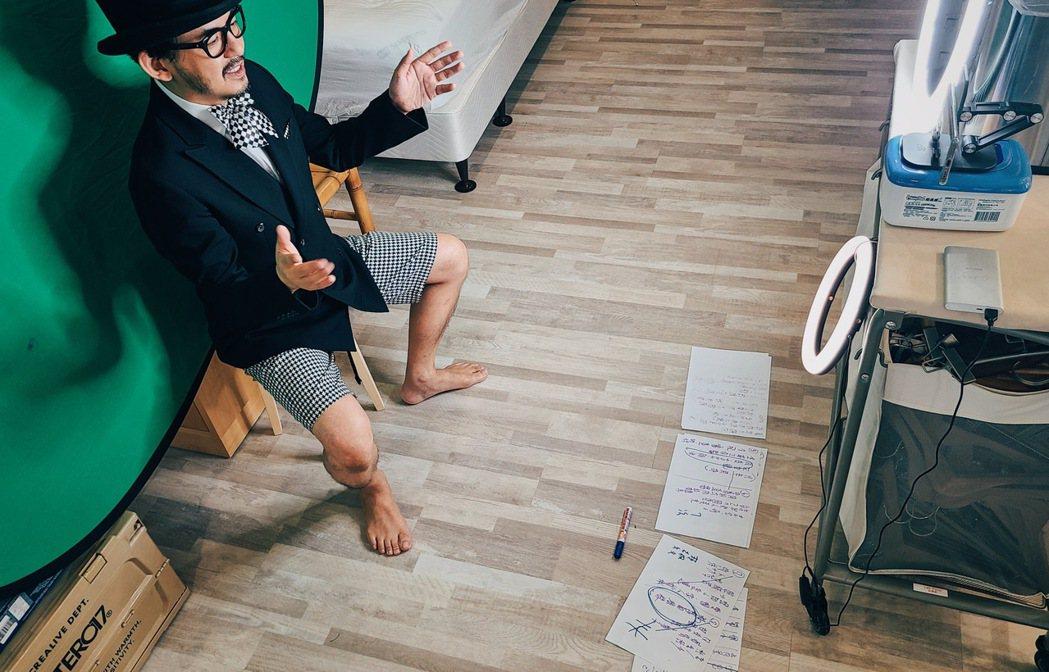 黃子佼在家錄製第17屆「夢想資助計畫」頒獎典禮,讓台灣各角落、正在實現夢想的人,...