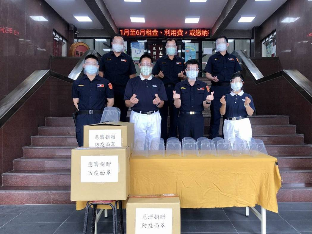 慈濟基金會至各地警察消防單位捐贈防疫面罩,加強警消人員的防疫指施。圖/慈濟粉專
