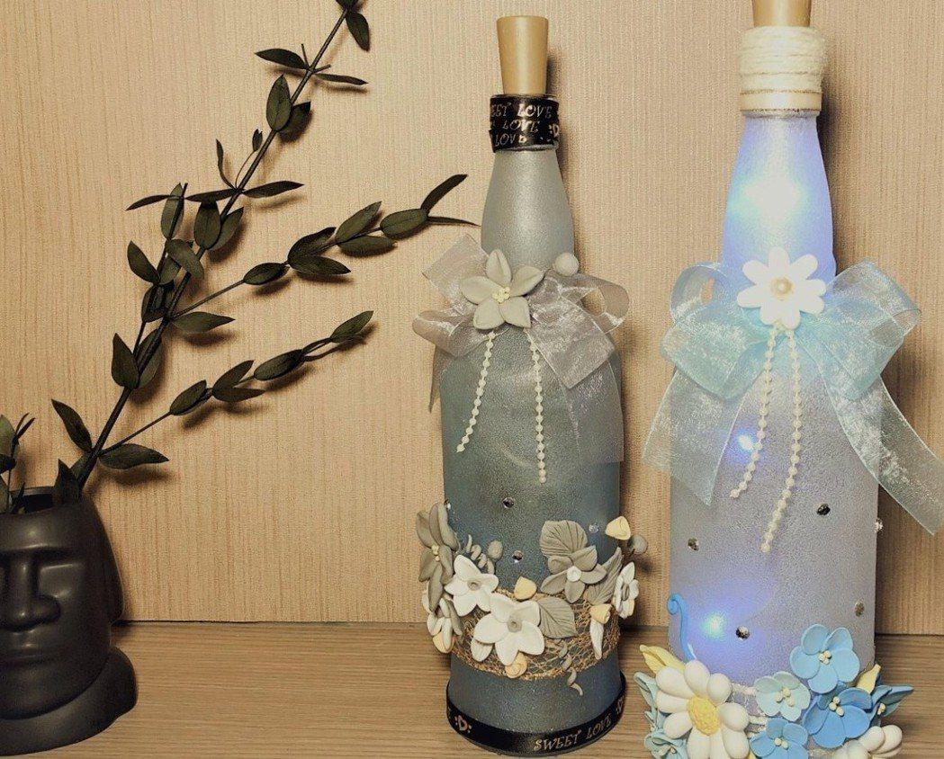 「酒瓶燈課程」教學員用黏土做出花朵及裝飾,讓玻璃瓶變成美麗的裝飾品。 高屏澎東分...