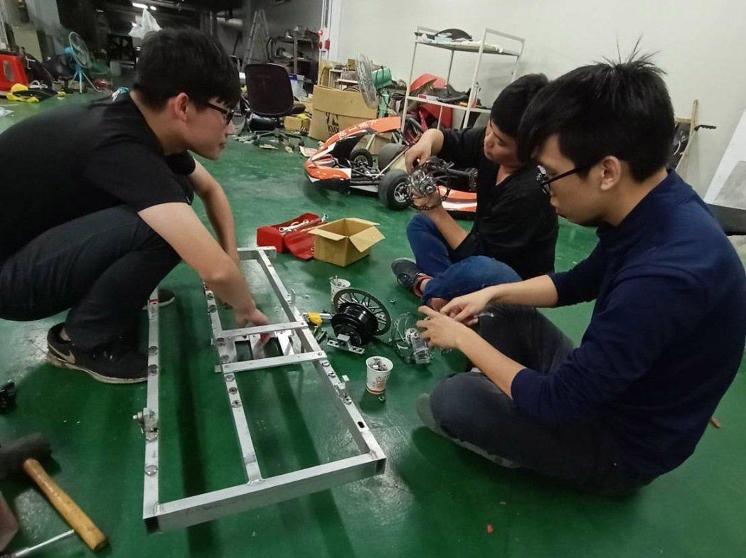大葉大學機械系RIMITTO SHO車隊在學校製作車子。 大葉大學/提供。