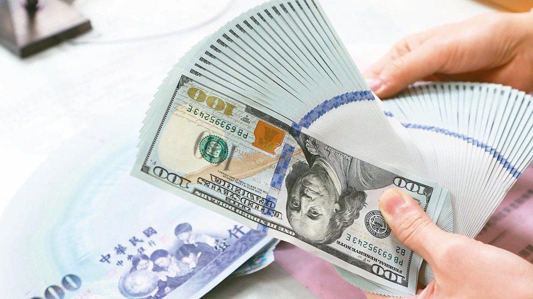 中央銀行昨(27)日公布,8月退票金額比率跳升至0.28%,創今年以來的八個月新...