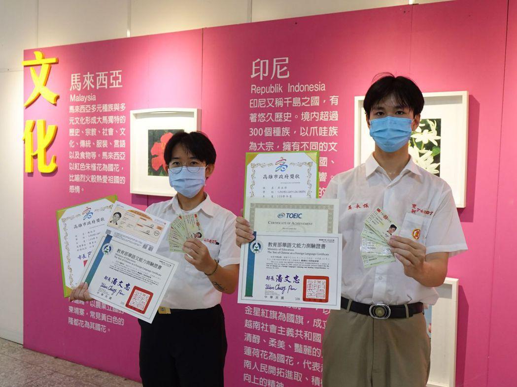 中山工商建教僑生陳秋宏(左)及吳永保(右),取得多張證照。攝影/中山工商提供。