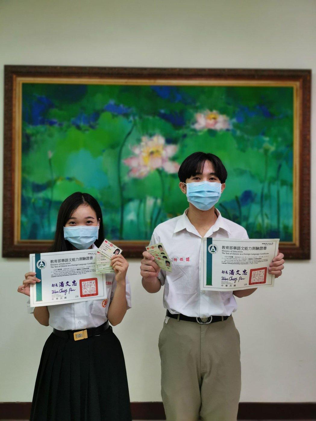 中山工商建教僑生黃美蓉(左)及何保龍(右),取得多張證照。攝影/中山工商提供。