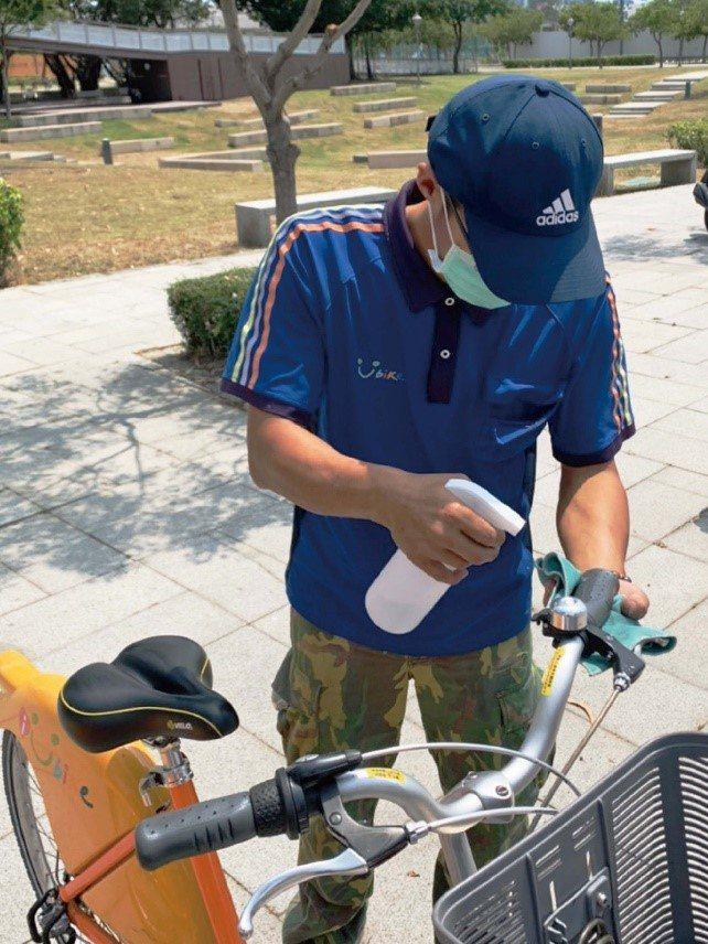 因應疫情,公共自行車近日加強派員消毒。 YouBike 中台灣粉絲團/提供