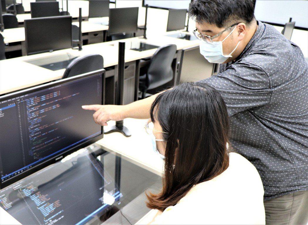 泰山職業訓練場資料庫程式設計教學實況。 北分署/提供。