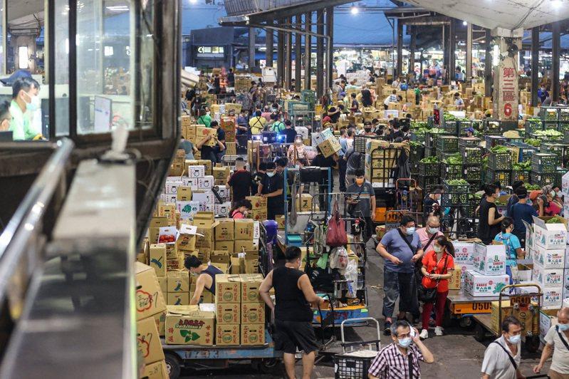 第一果菜批發市場22日凌晨照常開市,人流旺盛。中央社