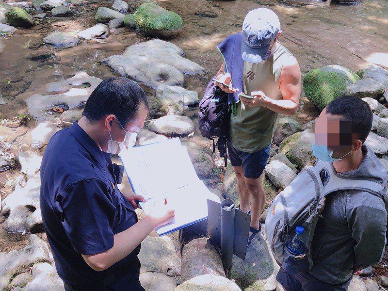 平溪區將登山瀑布、登山步道、涼亭等設施進行封閉,仍有民眾擅闖瀑布玩水,公所與員警開了九張罰單。 圖/觀天下有線電視提供