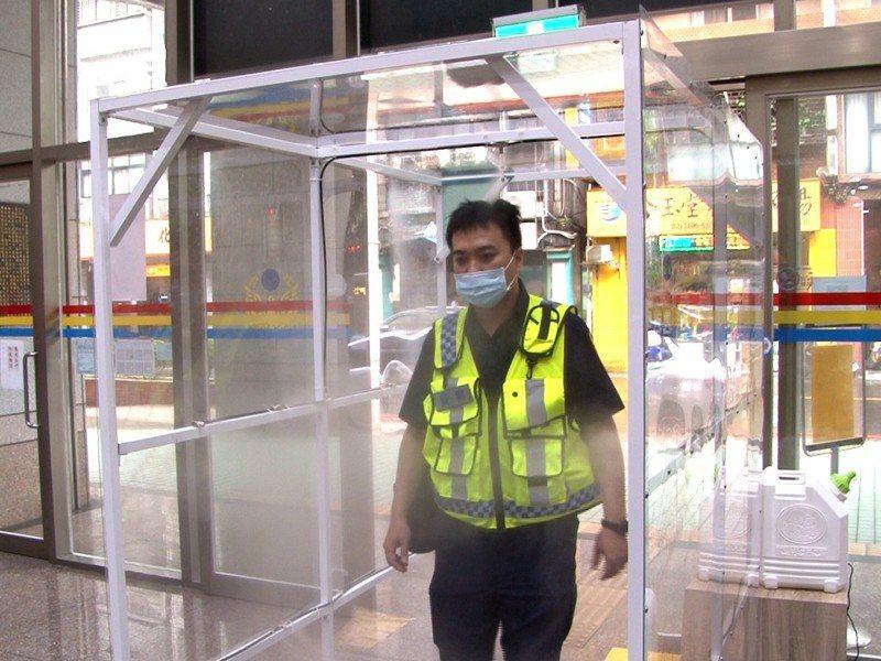 醇白國際股份有限公司熱心捐贈了「自動消毒門」給瑞芳警分局,讓員警們能更加安心執行勤務。 圖/觀天下有線電視提供