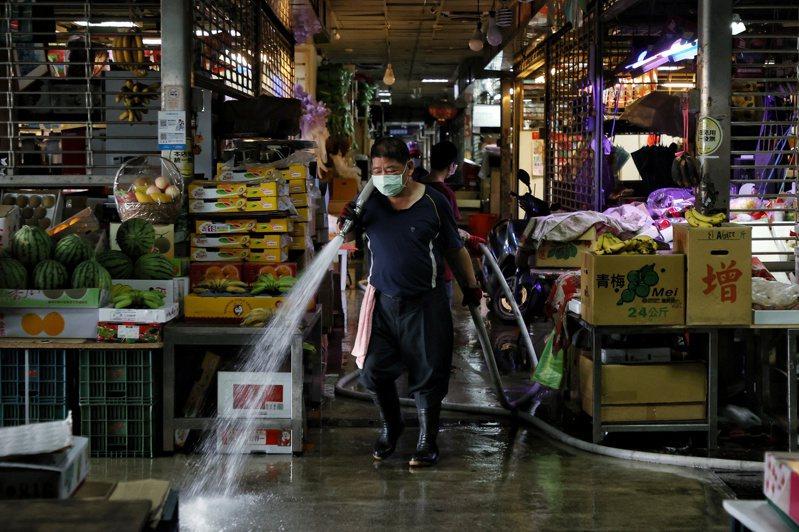 北農傳出多人確診,21日市場休市,除相關人士乘專車前往快篩外,市場內也進行打掃消毒。記者曾原信/攝影