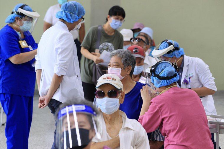 台北市八十歲以上長者昨起可接種新冠疫苗,一早不少銀髮族至台北榮總排隊等候接種。記...