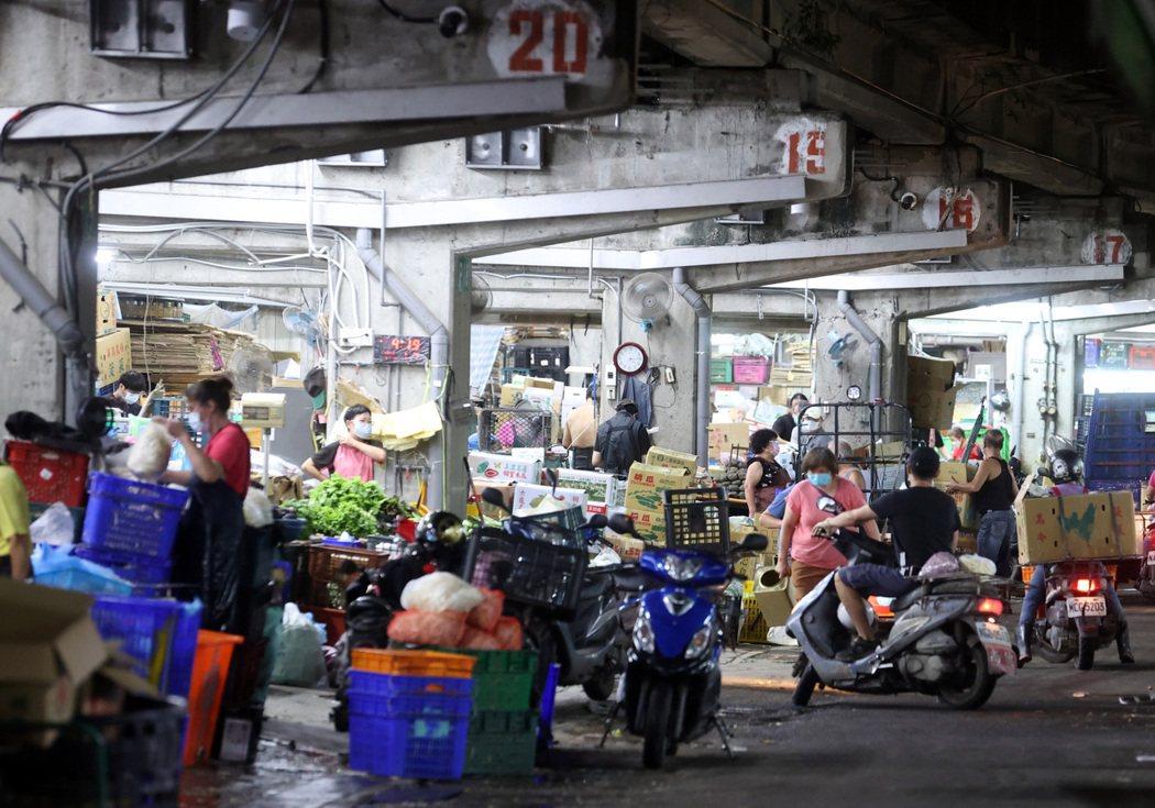台北農產運銷公司爆發群聚感染確診四十五人,台北市長柯文哲指出北農人員流動性太大且...