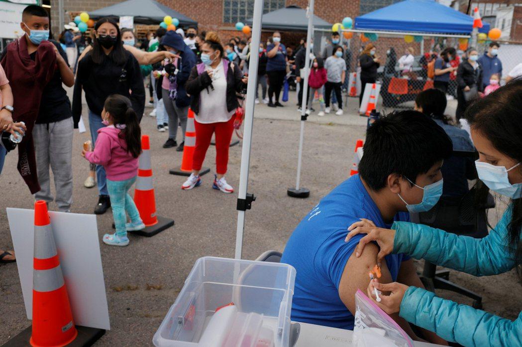 美國政府現在繼續衝刺疫苗接種率。  路透