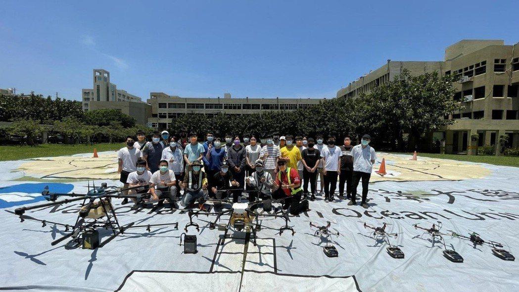 跨向多旋翼無人機產業大門,海大無人機訓練班30人獲證。圖/海大提供