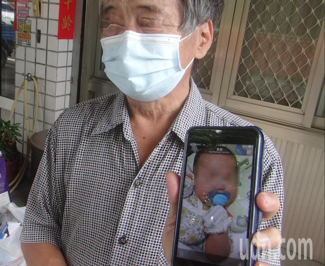 每天陪著孩子玩幫忙洗澡的女嬰外公,也很傷心秀出小孫女照片。記者蔡維斌/攝影