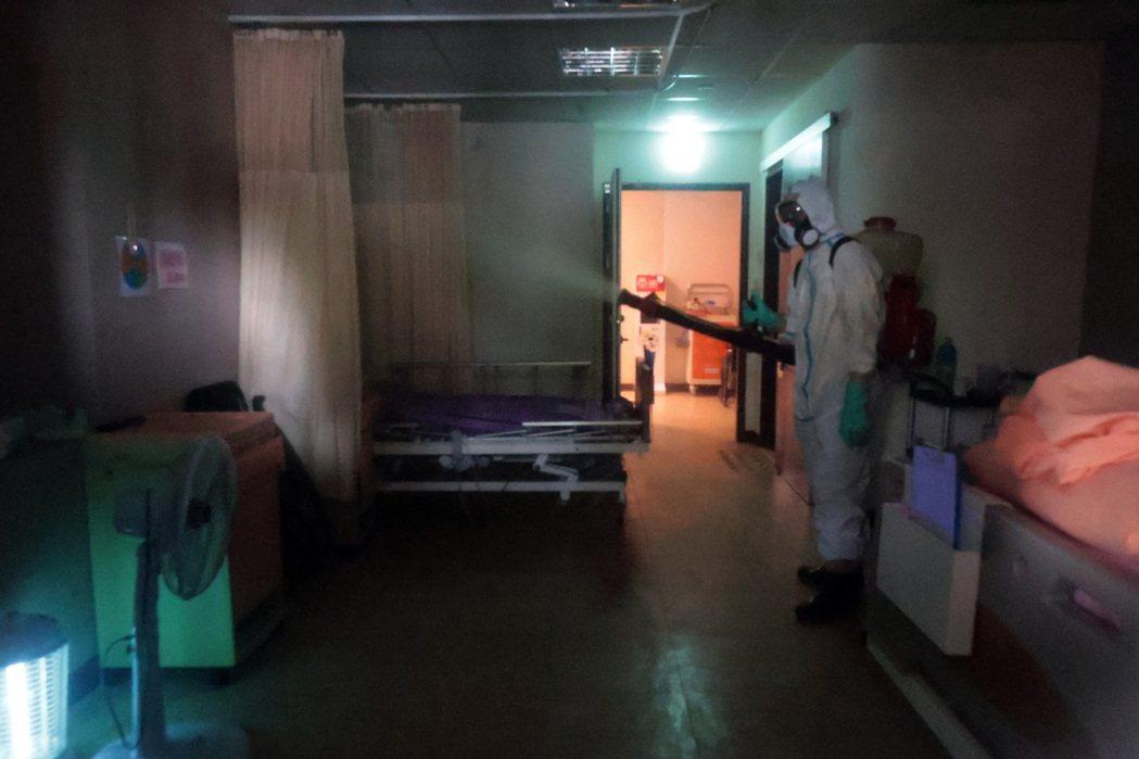 士林某護理之家疑似隱匿疫情,釀成48人染疫確診,昨天進行全面消毒;入住長者都已撤...