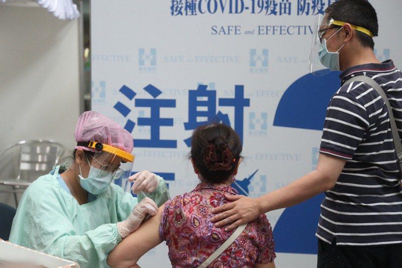長者染疫變重症或死亡風險高達3至5成,醫生建議國內75歲以上、慢性病控制好的長者宜接種疫苗。 聯合報系資料照