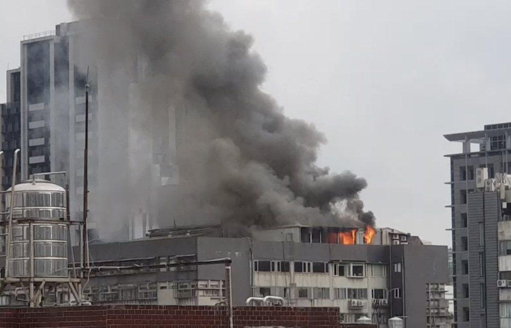 現場濃煙直竄天際。記者蔡翼謙/翻攝