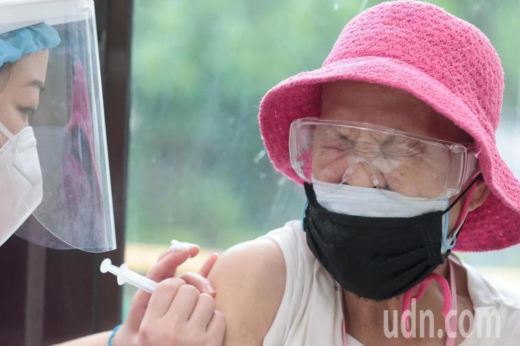 台北市75歲以上長者開始施打疫苗。記者蘇健忠/攝影