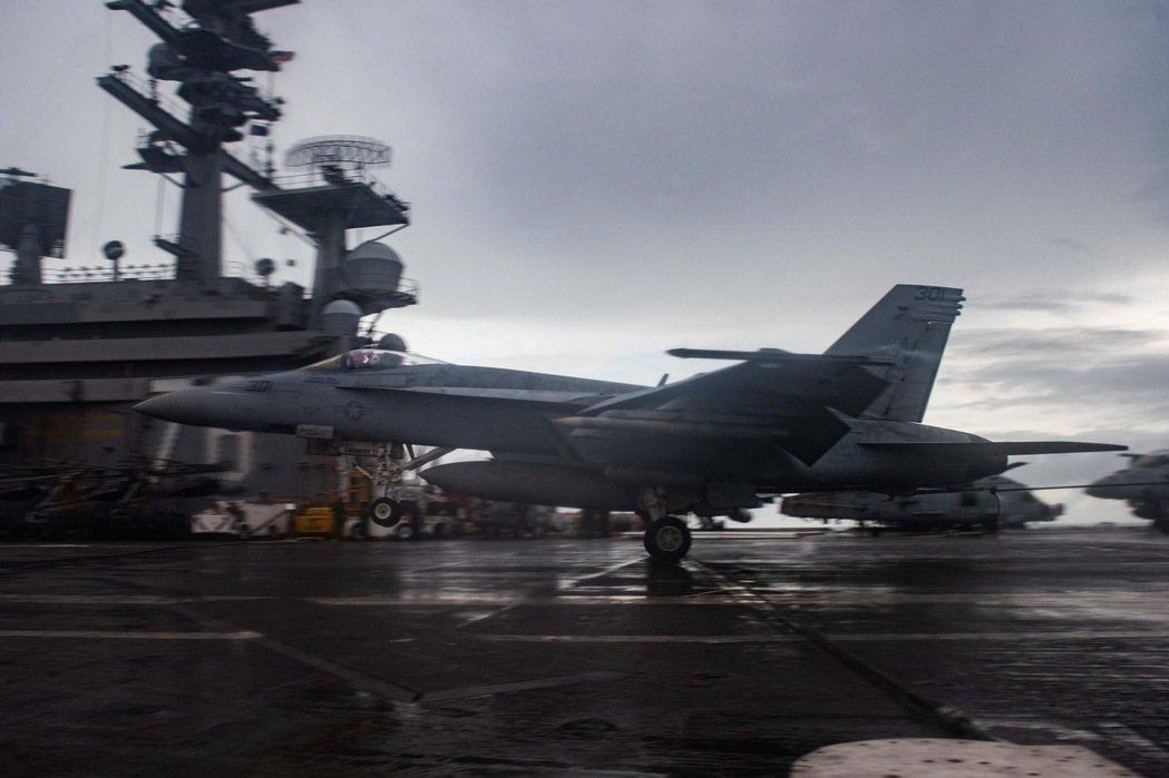 美軍內部現正為如何嚇阻共軍的軍力部署產生嚴重意見分歧。圖為美軍雷根號航艦日前在南...