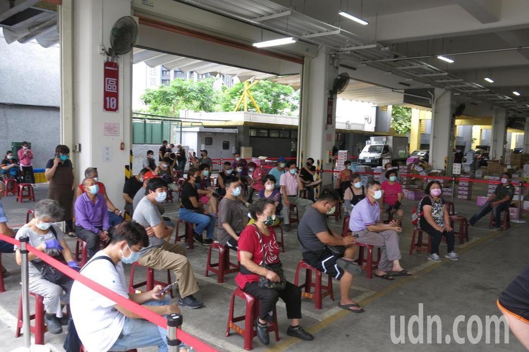 板橋果菜市場相關人員在檢驗完成後等待結果出爐。記者李成蔭/攝影