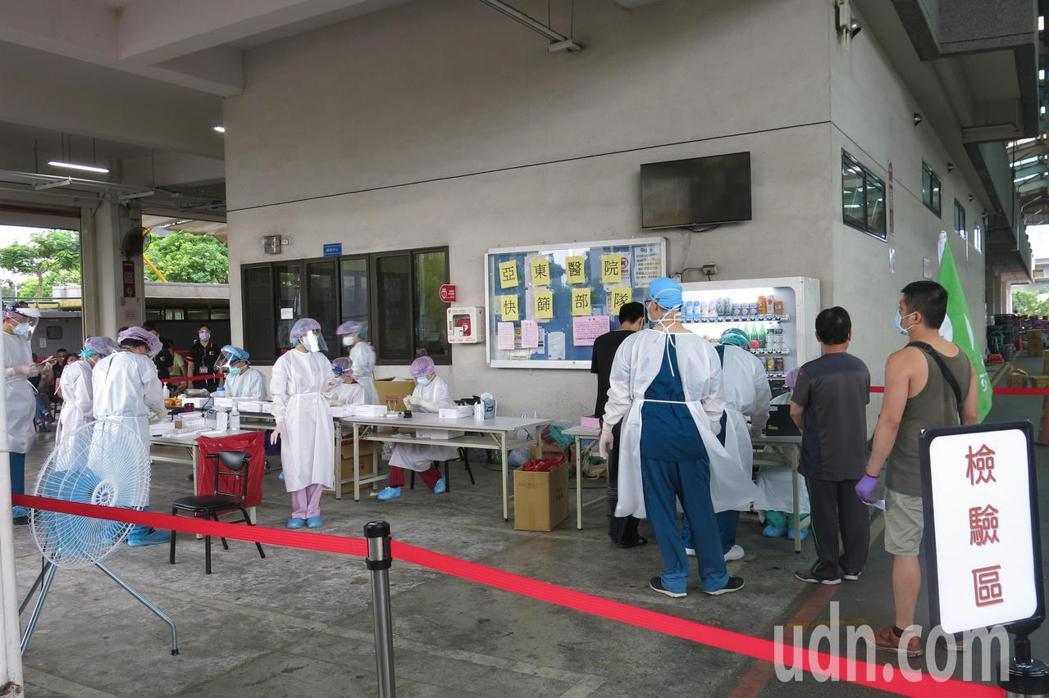 亞東醫院進駐板橋果菜市場為民眾快篩。記者李成蔭/攝影