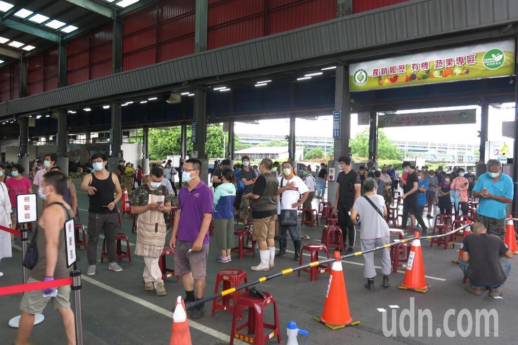 板橋果菜市場相關人員排隊等候篩檢。記者李成蔭/攝影