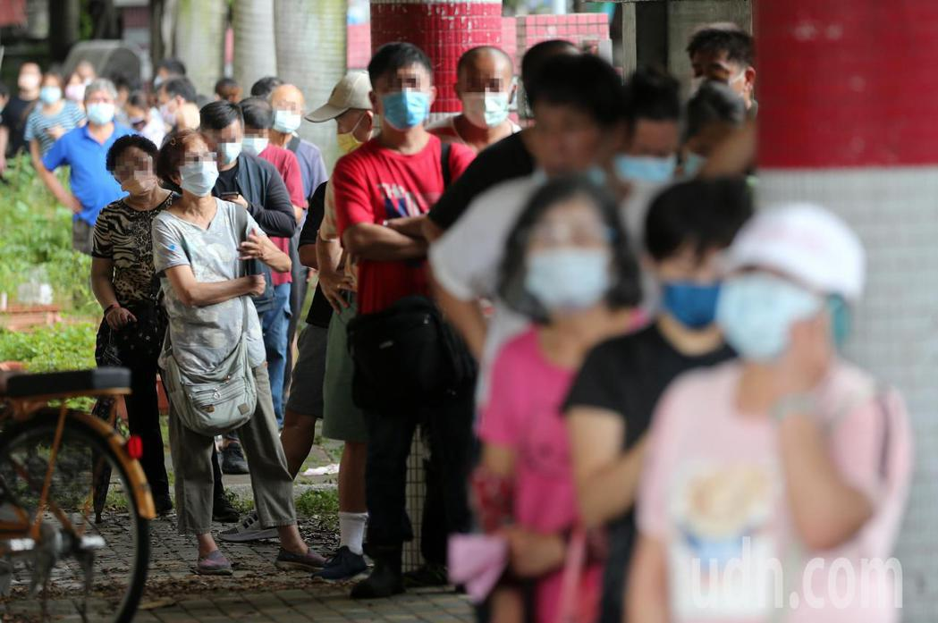 北農爆發新冠肺炎群聚感染案,台北市政府在萬大國小設置前進指揮所,對拍賣員、承銷商...