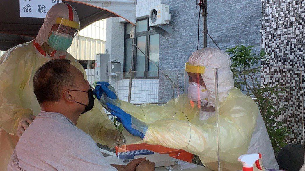 國軍有部隊陸續出現人員確診新型冠狀肺炎案例,立委呼籲國防部評估在各級部隊成立快篩...